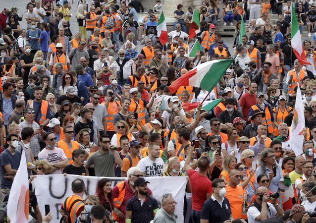 I gilet arancioni protestano a Roma in occasione della Festa della Repubblica