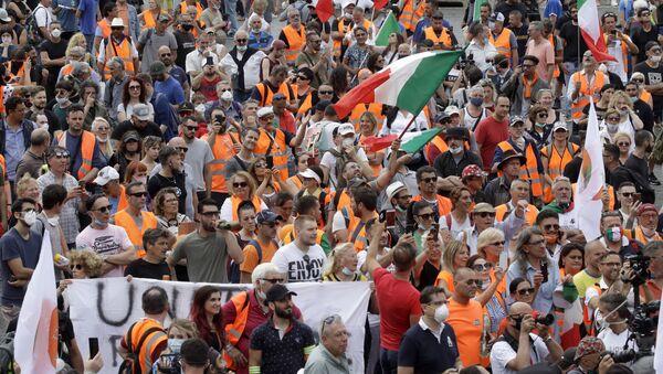 I gilet arancioni protestano a Roma in occasione della Festa della Repubblica - Sputnik Italia