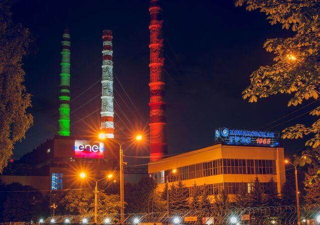 Centrale elettrica Konakovskaya illuminata con il tricolore italiano.