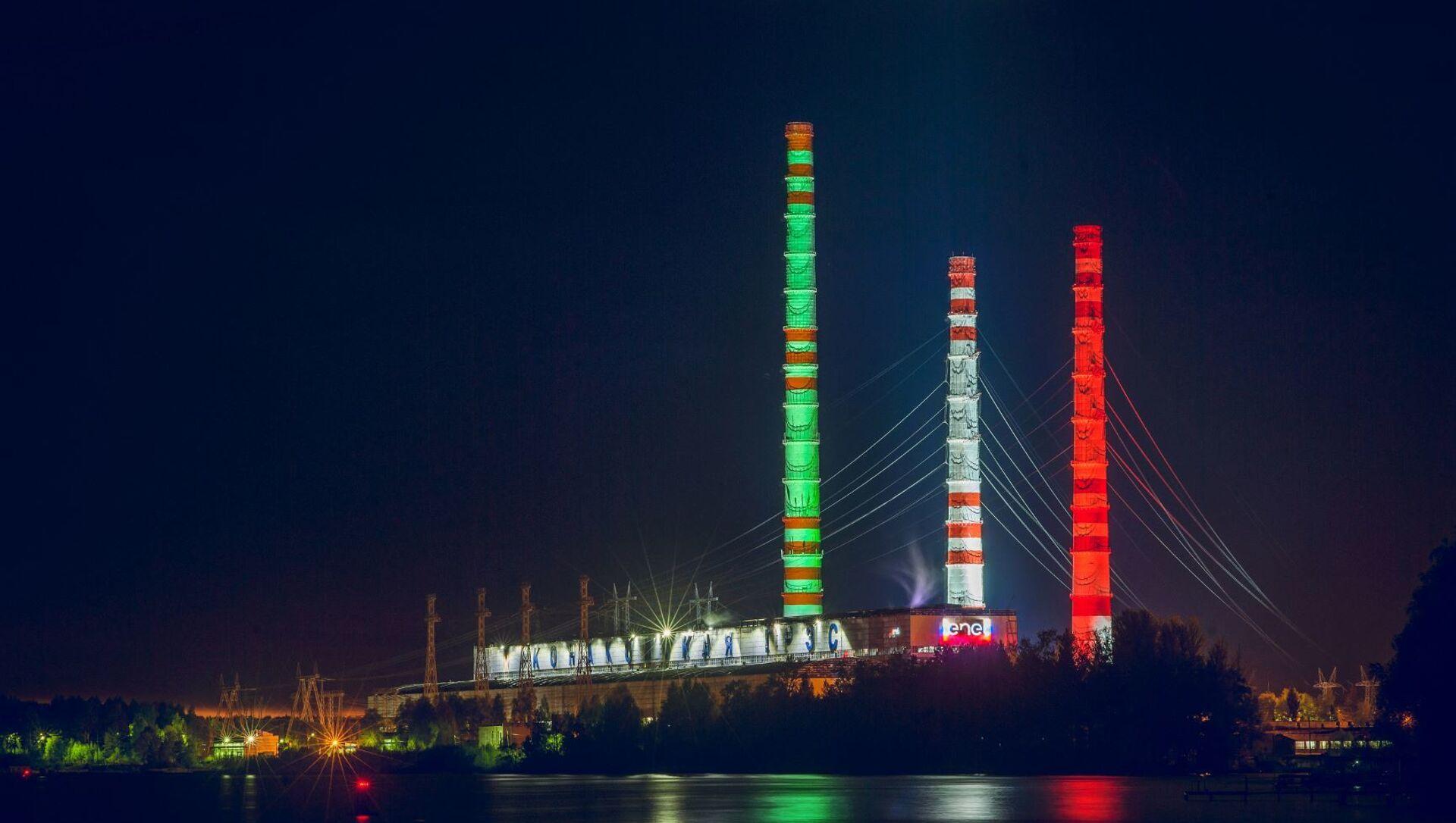 Centrale elettrica Konakovskaya illuminata con il tricolore italiano, vista dal fiume Volga. - Sputnik Italia, 1920, 03.02.2021