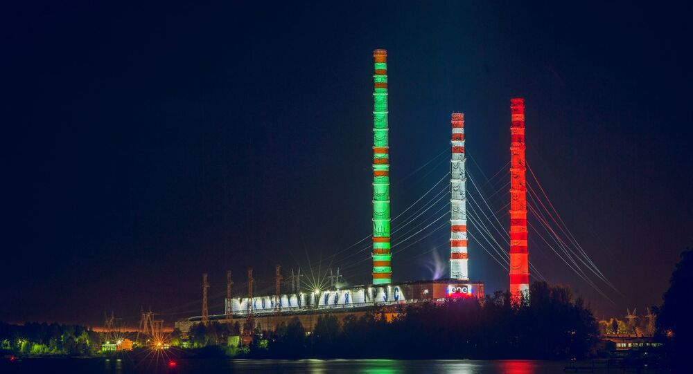 Centrale elettrica Konakovskaya illuminata con il tricolore italiano, vista dal fiume Volga.