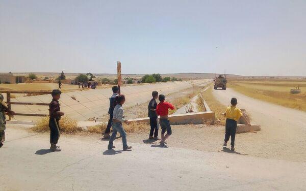 Siria, bambini lanciano pietre a convoglio americano - Sputnik Italia