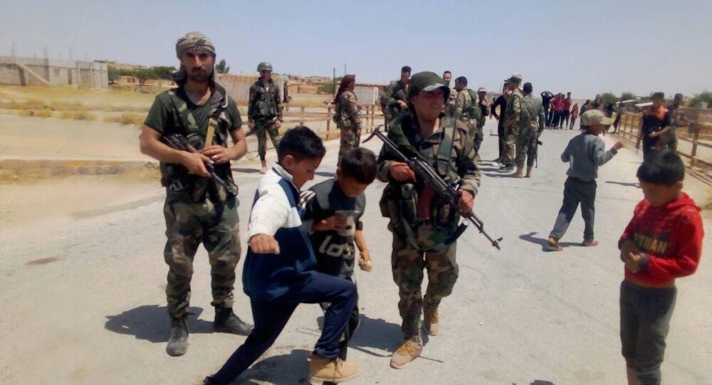 Siria, bambini lanciano pietre a convoglio americano