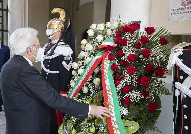Codogno - Il Presidente della Repubblica Sergio Mattarella al Cimitero di Codogno depone una corona di fiori in ricordo dei caduti per Covid 19