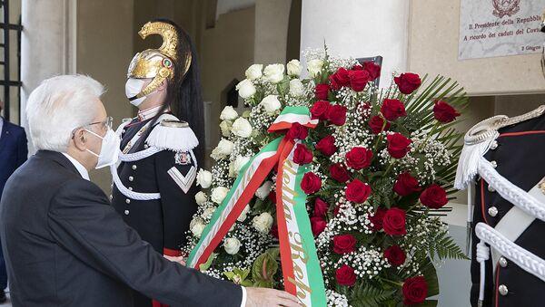 Codogno - Il Presidente della Repubblica Sergio Mattarella al Cimitero di Codogno depone una corona di fiori in ricordo dei caduti per Covid 19, oggi  2 giugno 2020. - Sputnik Italia