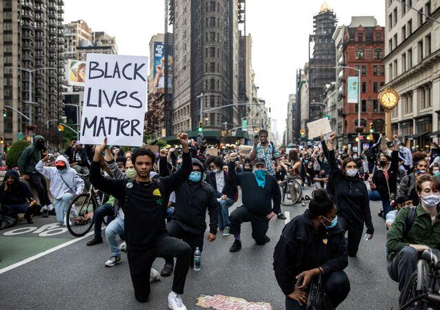 Un momento di silenzio durante una manifestazione contro la morte  di George Floyd, nel quartiere di Manhattan a New York City, Stati Uniti, 1 giugno 2020
