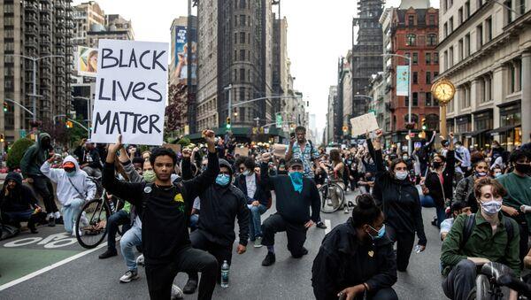 Un momento di silenzio durante una manifestazione contro la morte  di George Floyd, nel quartiere di Manhattan a New York City, Stati Uniti, 1 giugno 2020 - Sputnik Italia