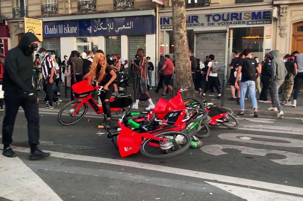 Le proteste contro le violenze della polizia a Parigi, Francia