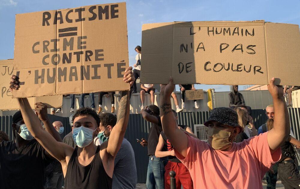 Migliaia di persone hanno manifestato a Parigi contro le violenze della polizia, Francia