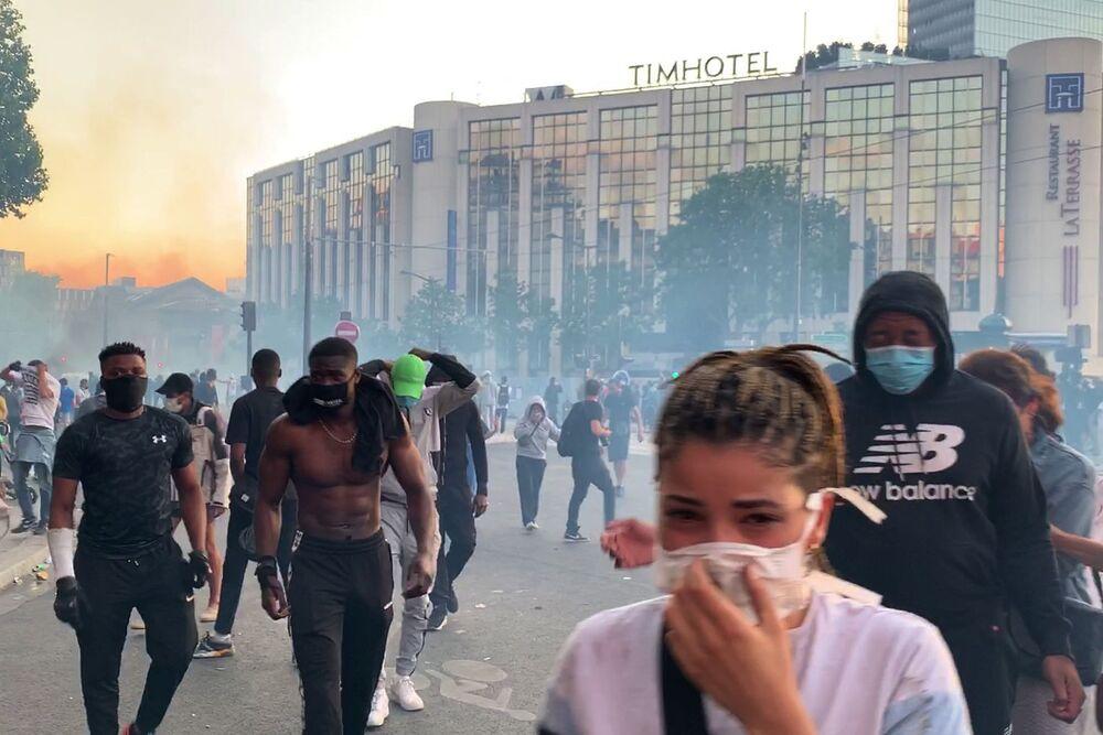 I manifestanti contro le violenze della polizia a Parigi, Francia