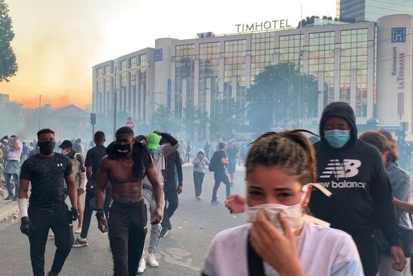 I manifestanti contro le violenze della polizia a Parigi, Francia - Sputnik Italia