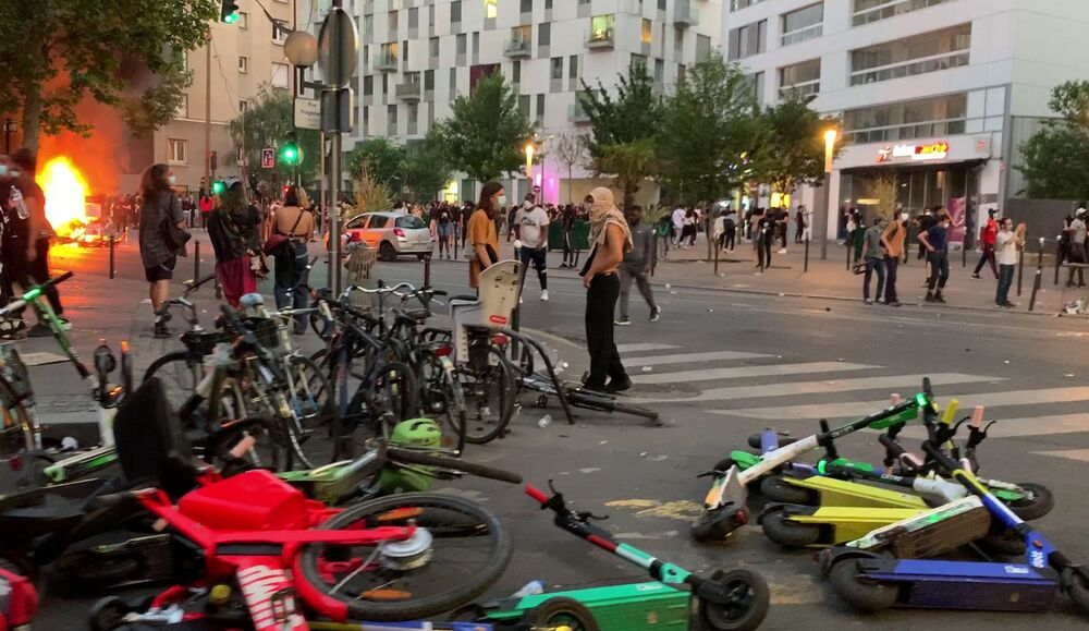 Le proteste a Parigi per la morte per asfissia durante un arresto, nel 2016, di Adama Traoré, un ragazzo di colore della banlieue parigina, Francia