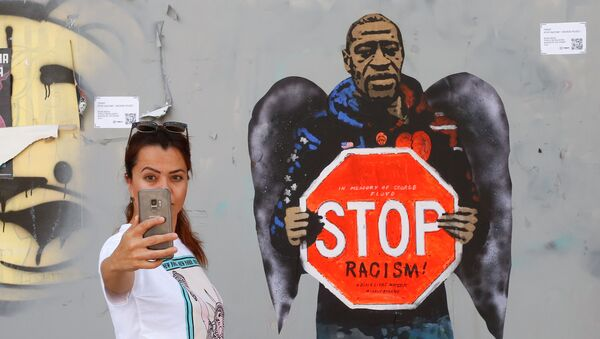 Селфи на фоне изображения Джорджа Флойжа, сделанного художником Сальваторе Бенинтендэ, известного как TVBOY, в Барселоне - Sputnik Italia