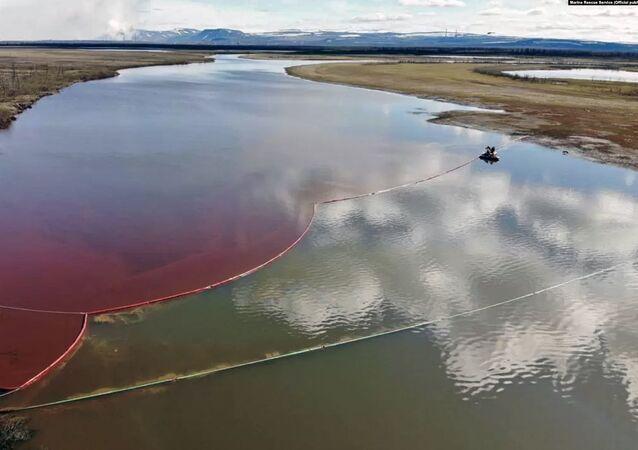 La perdita di gasolio nei fiumi Ambarnaya e Daldykan