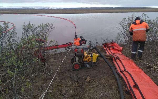 I soccorritori del Servizio di soccorso marino eseguono i lavori di liquidazione della macchia di gasolio sul fiume Ambarnaya - Sputnik Italia