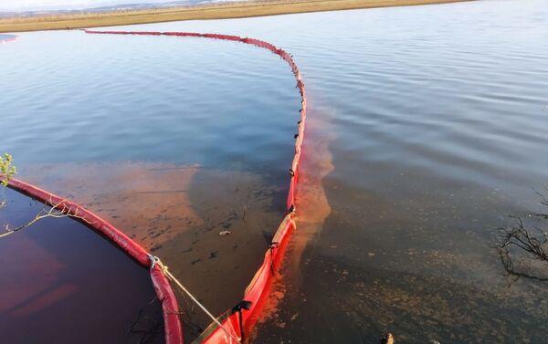 La liquidazione della macchia di gasolio sul fiume Ambarnaya - Sputnik Italia