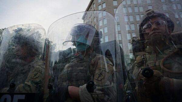 Le forze dell'ordine durante le proteste a Washington per la morte di George Floyd - Sputnik Italia
