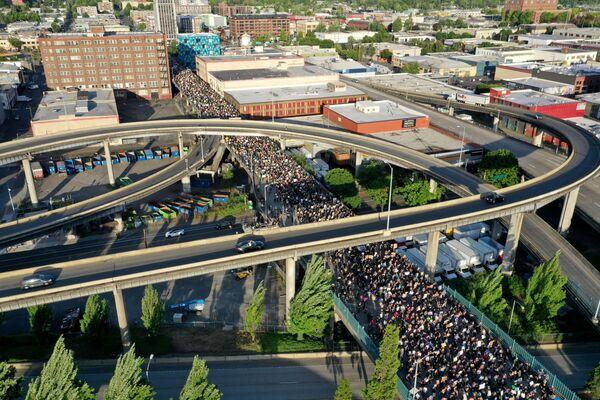 Dei manifestanti marciano per il ponte Morrison durante la protesta per la morte di George Floyd a Portland, Oregon, USA. - Sputnik Italia