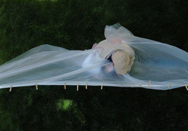 Michelle Grant abbraccia suo padre Domenick Sileo attraverso il tessuto di plastica appesa sulla corda del bucato durante il fine settimana del Giorno della Memoria, 24 maggio a Wantagh, New York, USA. - Sputnik Italia