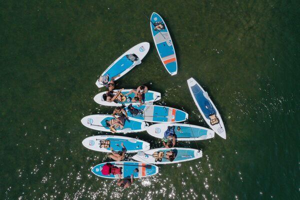 Giovani nei kayak sul lago Lady Bird ad Austin, Texas, USA, visti dal drone. - Sputnik Italia