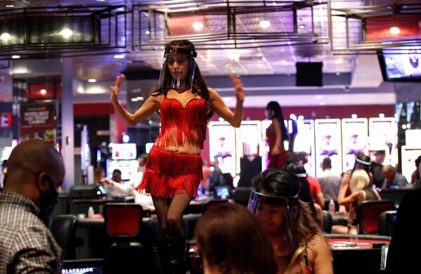 Una danzatrice in una mascherina protettiva a Las Vegas, USA - Sputnik Italia