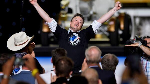 Основатель SpaceX  Илон Маск после запуска ракеты Falcon 9 - Sputnik Italia
