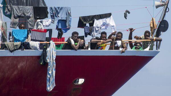 I migranti si asciugano i vestiti a bordo di una barca a 20 chilometri da Malta - Sputnik Italia