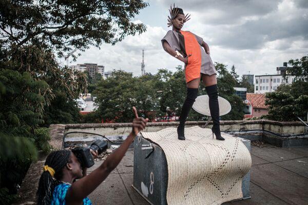 La fotografa e art director keniota Barbara Minishi scatta foto della stilista di moda Wambui Thimba su un tetto a Nairobi, Kenya - Sputnik Italia
