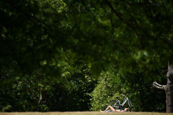 Una donna prende il sole a Greenwich Park, a sud-est di Londra, il 2 giugno 2020 - Sputnik Italia