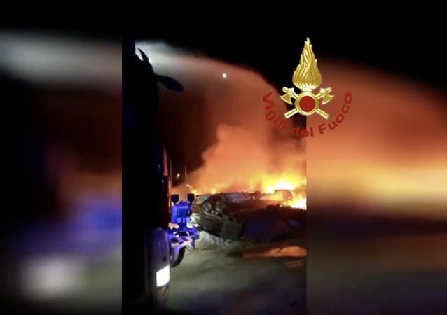 Incendi delle barche abbandonate nell'area del campo sportivo e in quella di Capo Ponente sull'isola di Lampedusa