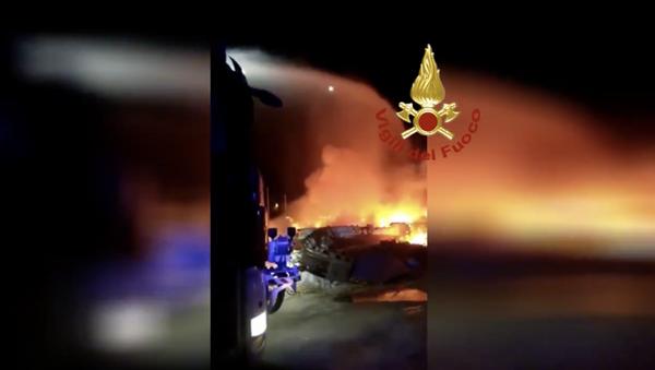 Incendi delle barche abbandonate nell'area del campo sportivo e in quella di Capo Ponente sull'isola di Lampedusa - Sputnik Italia