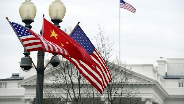 Bandiera cinese e bandiere statunitensi davanti alla Casa Bianca a Washington - Sputnik Italia