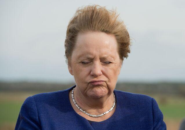 La cancelliera tedesca Angela Merkel, fotografata stando contro il vento durante la visita dell'Isola Ummanz, nella Germania nord-est, il 25 ottobre 2019.