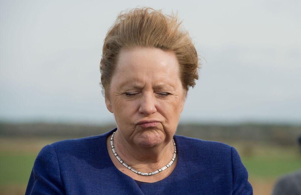 La cancelliera tedesca Angela Merkel, fotografata stando control il vento durante la visita dell'Isola Ummanz, nella Germania nord-est, il 25 ottobre 2019.