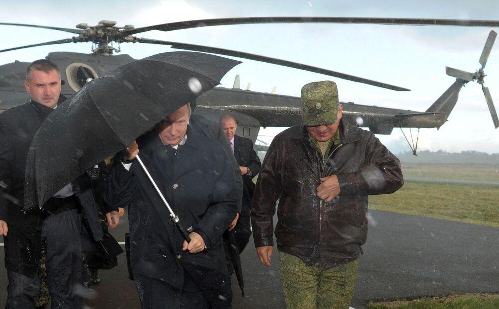 Il presidente russo Vladimir Putin al poligono Khmelevka nella regione di Kaliningrad, dove si tenevano le esercitazioni russo-bielorusse, il 16 settembre 2013. A destra c'è il ministro della Difesa russo Sergei Shoigu.