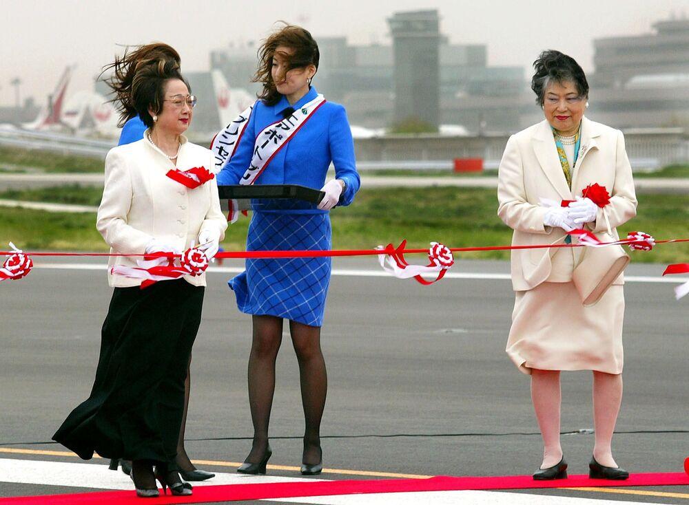 Il ministro giapponese Chikage Ohgi e il governatore della prefettura Tiba, Akiko Domoto, alla cerimonia dell'inagurazione della pista di atterraggio al nuovo aeroporto internazionale di Tokyo nella città di Narita, 2002.