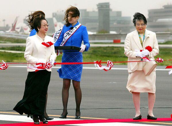 Il ministro giapponese Chikage Ohgi e il governatore della prefettura Tiba, Akiko Domoto, alla cerimonia dell'inagurazione della pista di atterraggio al nuovo aeroporto internazionale di Tokyo nella città di Narita, 2002. - Sputnik Italia