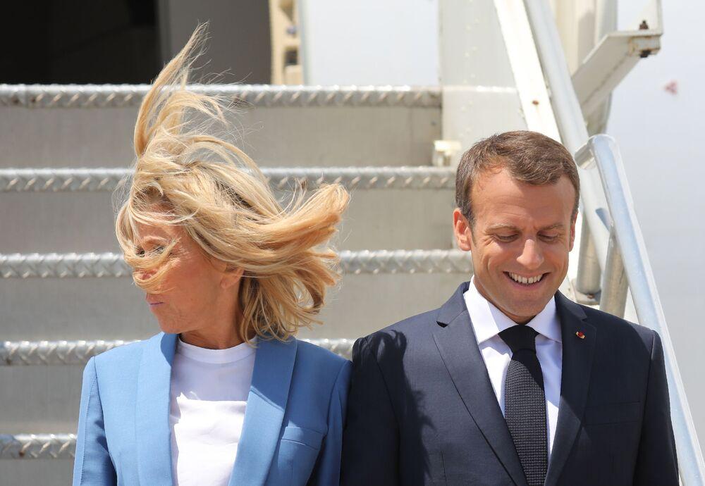 Il presidente francese Emmanuel Macron con la moglie all'arrivo all'aeroporto di Montreal, Canada, 2018.