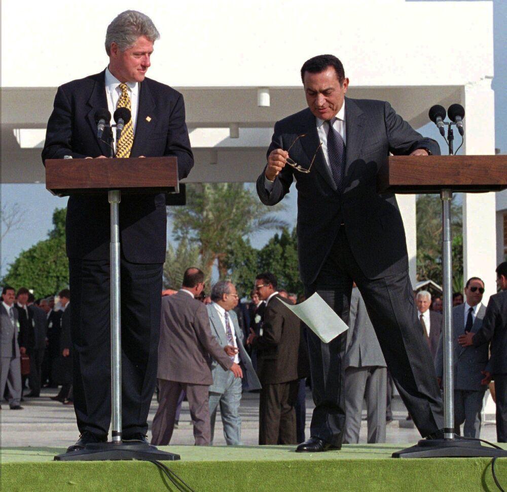 I presidenti degli Stati Uniti e dell'Egitto, Bill Clinton e Hosni Mubarak, durante l'intervento, 1996.