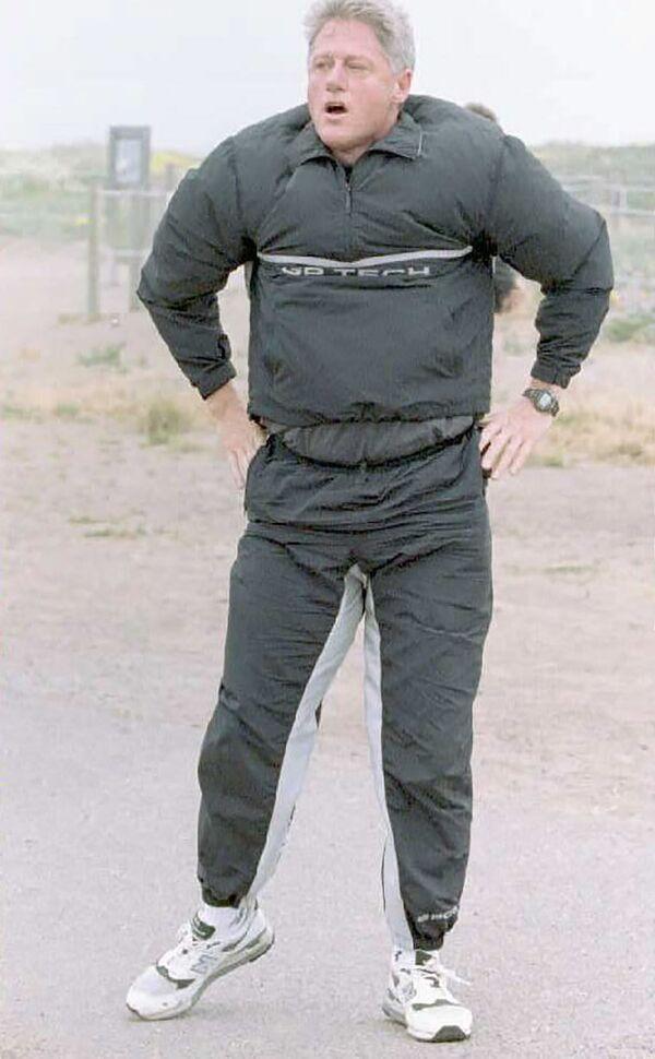 Il presidente statunitense Bill Clinton cacciato dal vento durante lo jogging a San Francisco, 1995. - Sputnik Italia