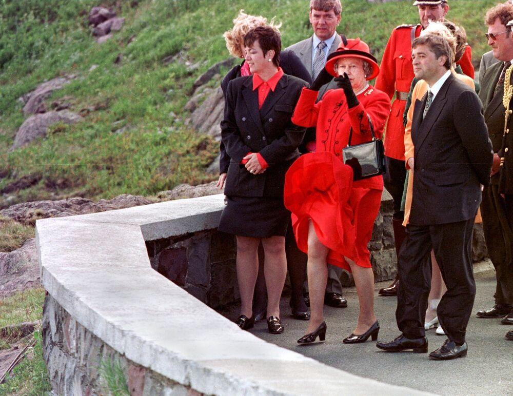 La regina del Regno Unito Elisabetta II visita l'Oceano Atlantico, 1997.