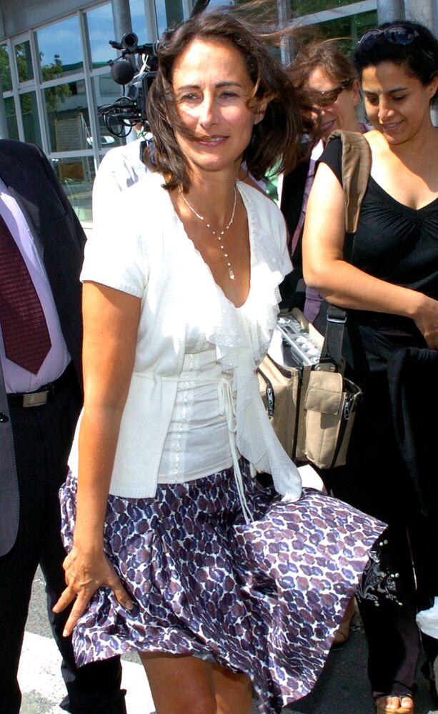 La politica francese Segolene Royal si tiene la gonna in una giornata con il vento. 2006.