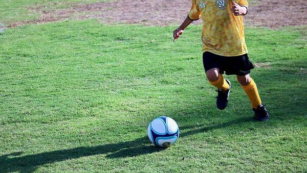Bambino che gioca a calcio - Sputnik Italia