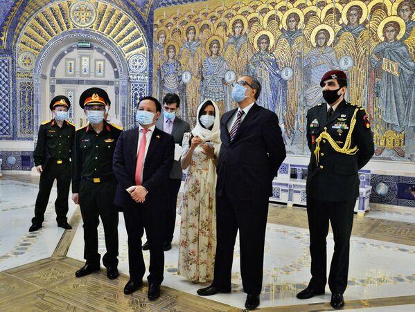 L'ambasciatore dell'India in Russia, Venkatesh Varma, in visita alla Cattedrale delle Forze armate russe. - Sputnik Italia