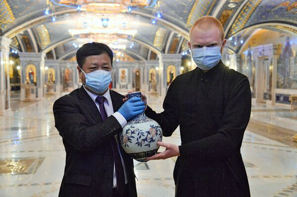 Un impiegato della Cattedrale delle Forze armate russe regala un souvenir all'ambasciatore della Cina in Russia, Zhngh Hanhui. - Sputnik Italia