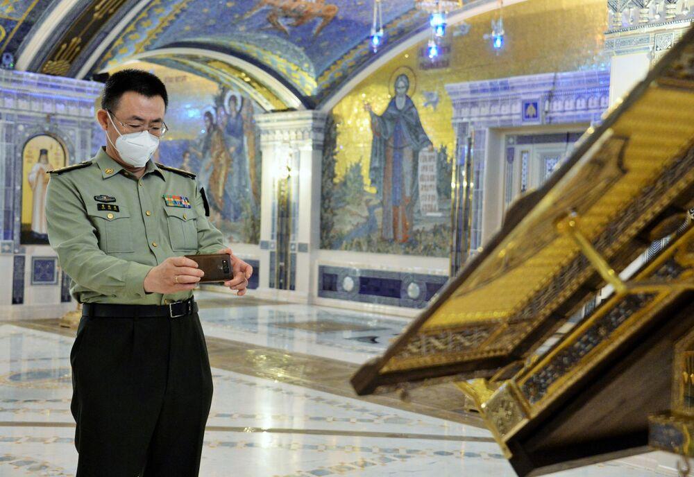 L'addetto militare della Cina in visita alla Cattedrale delle Forze armate russe.