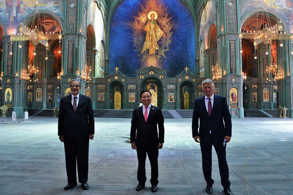 L'ambasciatore dell'India in Russia, Venkatesh Varma, l'ambasciatore del Vietnam in Russia, Nong Duc Manh, e l'ambasciatore della Serbia in Russia, Miroslav Lazanski, in visita alla Cattedrale della Forze armate russe.