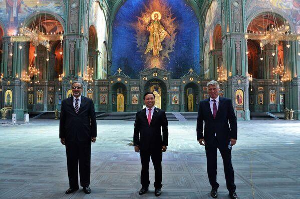 L'ambasciatore dell'India in Russia, Venkatesh Varma, l'ambasciatore del Vietnam in Russia, Nong Duc Manh, e l'ambasciatore della Serbia in Russia, Miroslav Lazanski, in visita alla Cattedrale della Forze armate russe. - Sputnik Italia