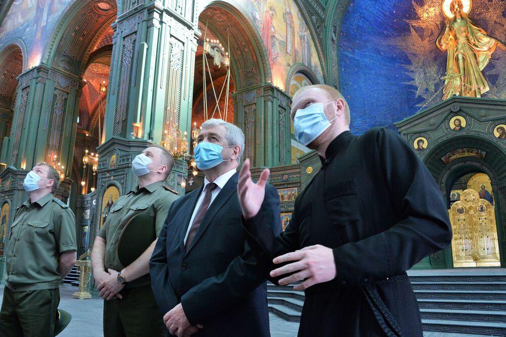 L'ambasciatore della Bielorussia in Russia, Vladimir Semashko (secondo a destra), in visita alla Cattedrale delle Forze armate russe.