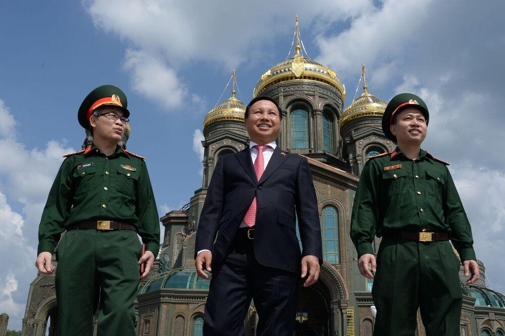 L'ambasciatore del Vietnam in Russia, Nong Duc Manh, in visita alla Cattedrale delle Forze armate russe.